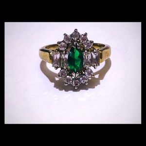 Gold ring with green and fancy white diamonds